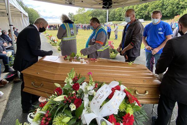 Le dernier hommage, face au cercueil de leur camarade