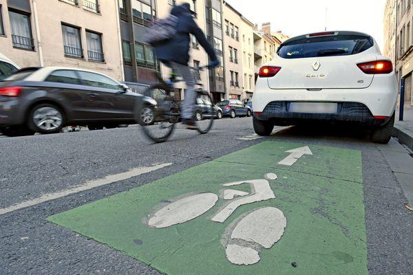 La police ne laissera pas passer les stationnements en plein milieu des pistes cyclables.