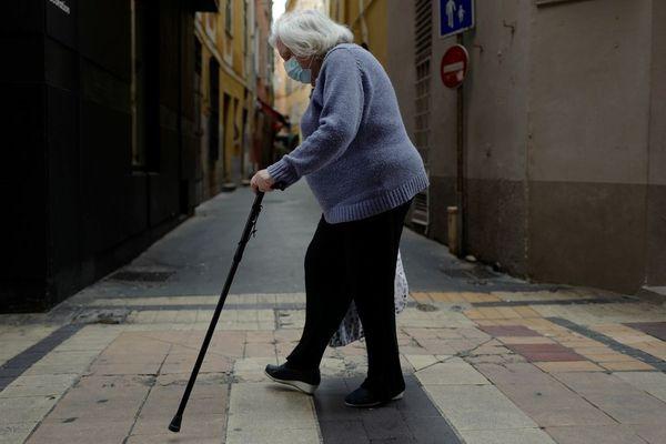 Une dame âgée dans le Vieux Nice le 22 avril dernier durant le confinement.