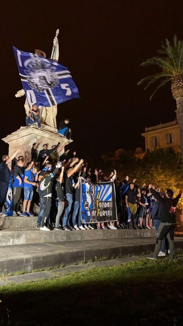 Les supporters bastiais devant la statue de Napoléon, sur la place Saint-Nicolas