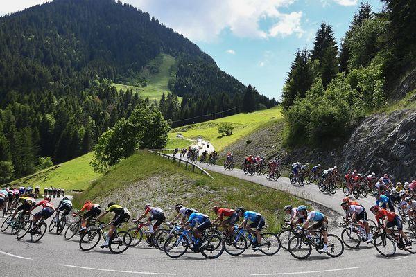 Les coureurs du Critérium du Dauphiné lors de la 8e étape entre Cluses et Chambéry, en 2019.