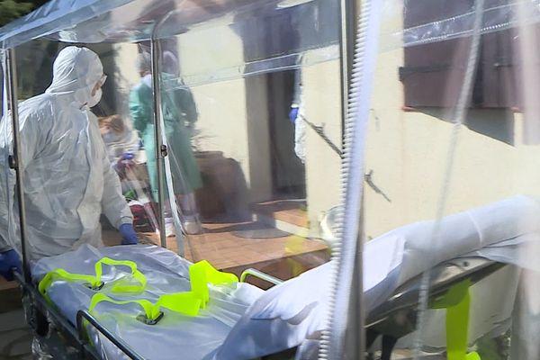 Montpellier - le brancard sarcophage transparent des pompiers de l'Hérault pour transporter les malades Covid - 7 avril 2020.