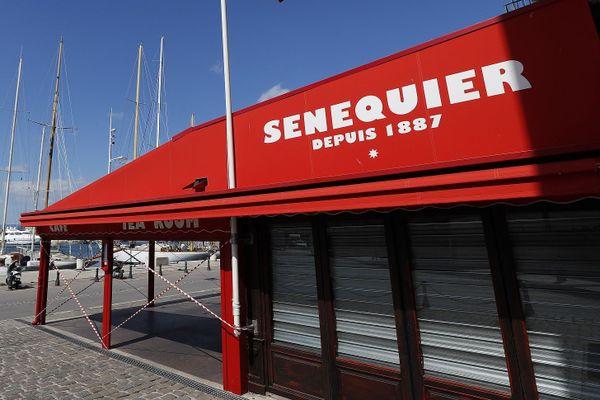 Sur la croisette, le célèbre café Sénéquier de Saint-Tropez a fermé suite à des cas de Covid (photo avril 2020)
