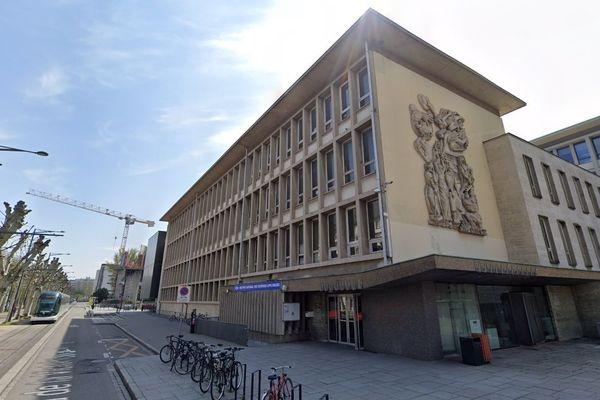 L'Institut national des sciences appliquées (INSA) sur le campus de Strasbourg a réagi à l'alerte en contrôlant ses accès et en empêchant quiconque de sortir.