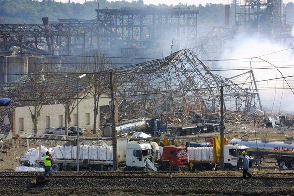 Dans le cas de l'usine AZF à Toulouse, le 21 septembre 2001, c'est un stock de 300 tonnes de nitrate d'ammonium qui avait explosé, provoquant des dégâts dans un rayon de plusieurs kilomètres.