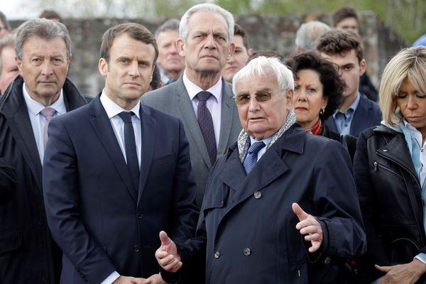 Emanuel Macron à Oradour-sur-Glane aux côtés de Robert Hebras, survivant du massacre, le 28 avril 2017.