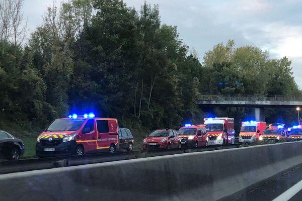 Vers 18 heures, un véhicule s'est encastré sur un pilier de pont sur la N104 à hauteur de Lésigny.