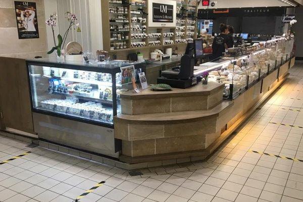 Des marquages au sol dans les Halles de Tours pour respecter les distances entre clients.