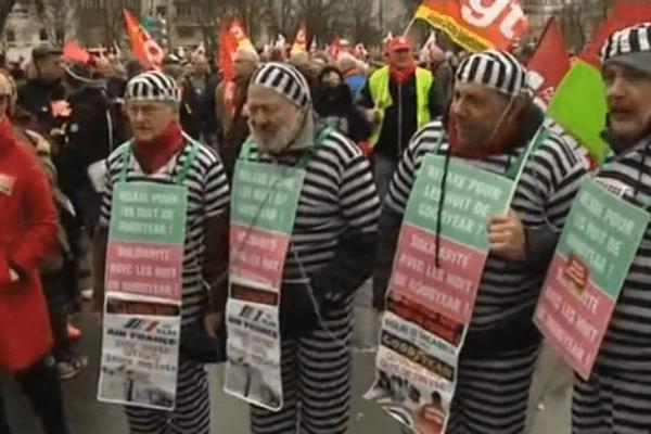 """A Paris, un millier de manifestants contre """"la répression"""" des syndicats."""