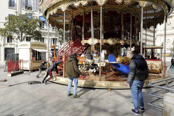 Ce manège sur la Canebière a subi des dégâts lors du carnaval de Marseille.