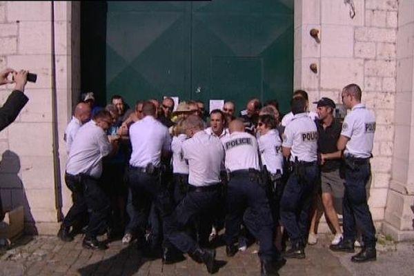 """Devant la prison de Besançon, les policiers """"libèrent"""" l'accès face aux surveillants"""