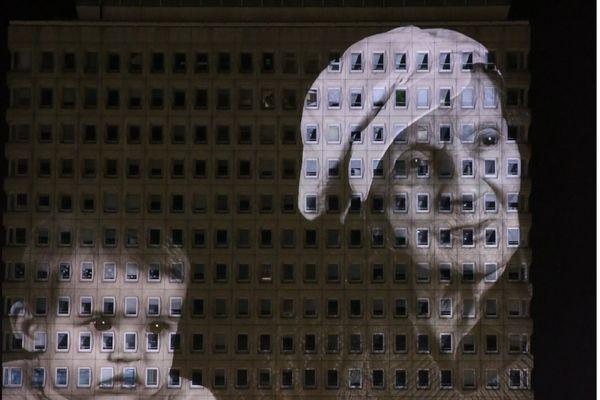 Photo d'Erick Deroost projetée sur la tour de la CPAM à Rennes