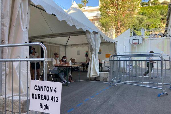 A Nice on vote en extérieur, bureau de vote de campagne dans la canton 4 .