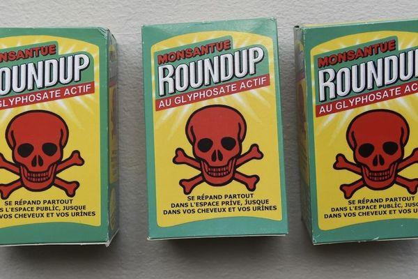 De fausses bouteilles de Roundup lors d'une manifestation à Rennes en août en soutien au maire de Langouët, Daniel Cueff, qui avait pris un arrêté anti-pesticides près des habitations.