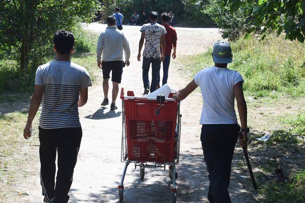 Des migrants aux abords du camp de fortune de Grande-Synthe, en juin
