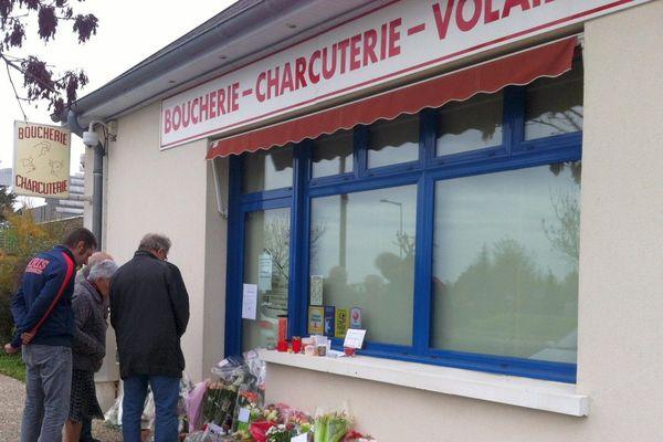 Hommages devant la boucherie des parents de Marion et Anna à Chailles (Loire-et-Cher)