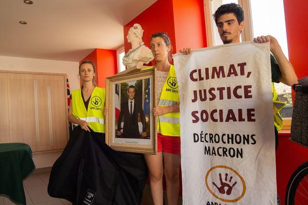 Mercredi 3 juillet, autour de Nancy, 16 membres de ANVCOP21 ont décroché des portraits d'Emmanuel Macron.