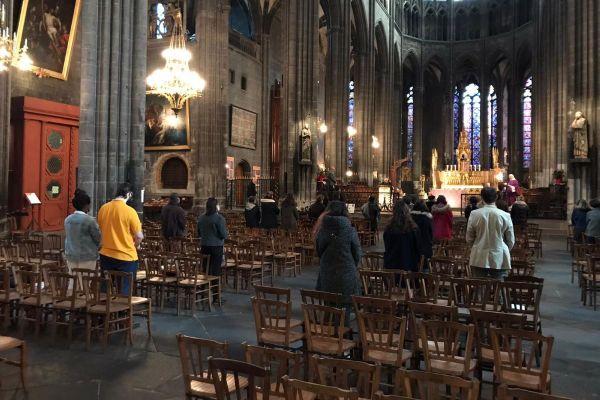 Les célébrations religieuses ont pu reprendre dès le samedi 28 novembre. À la cathédrale de Clermont-Ferrand, dimanche 29 novembre, trois messes étaient organisées. Chacune d'elles ne pouvant accueillir que 30 personnes. C'est l'incompréhension chez les croyants.
