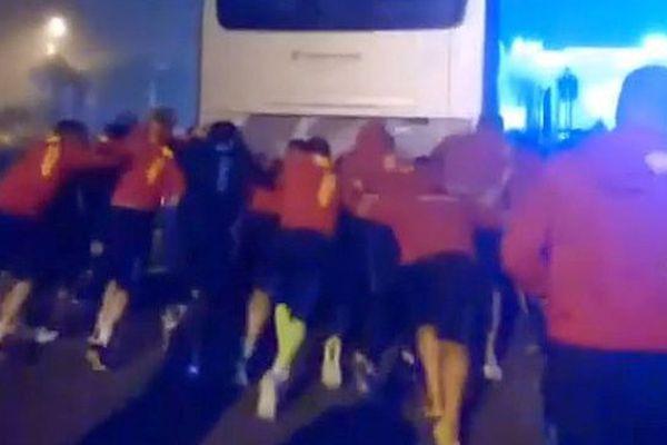 Les joueurs de l'Usap poussent leur bus en pleine nuit après leur match nul 20-20 à La Rochelle - 29 octobre 2016