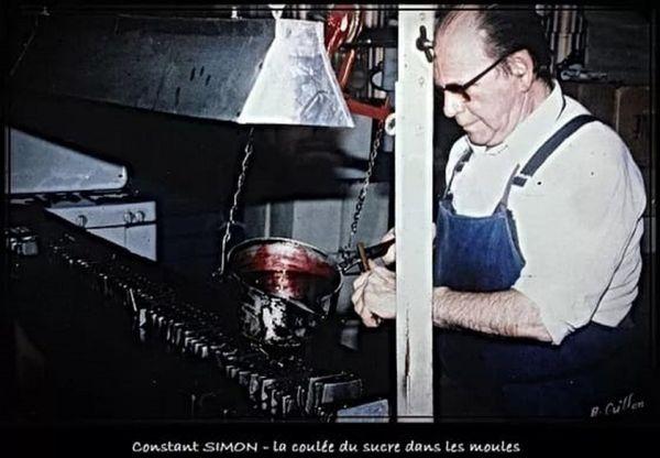 Constant Simon, l'arrière grand-père de Thomas dans l'atelier fait la coulée de sucres rouges dans les moules.