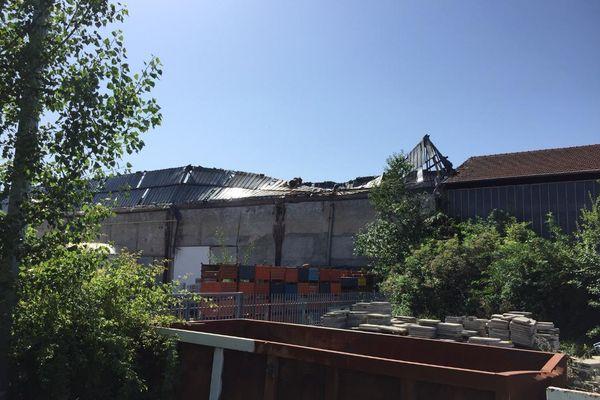 L'entreprise FPT Powertrain technologie France a été en proie aux flammes, consommant une partie de sa toiture.