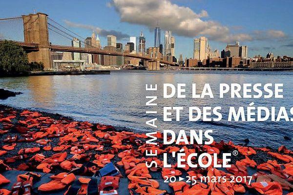 Le Clemi a illustré son dossier par ce cliché du 19 septembre 2016 : 1er Sommet des réfugiés au siège de l'ONU. À cette occasion, l'ONG Oxfam a disposé, en plein cœur de New-York, des centaines de gilets de sauvetage pour symboliser l'arrivée des réfugiés sur les côtes méditerranéennes.Et le Clem interroge : Information ou communication ?