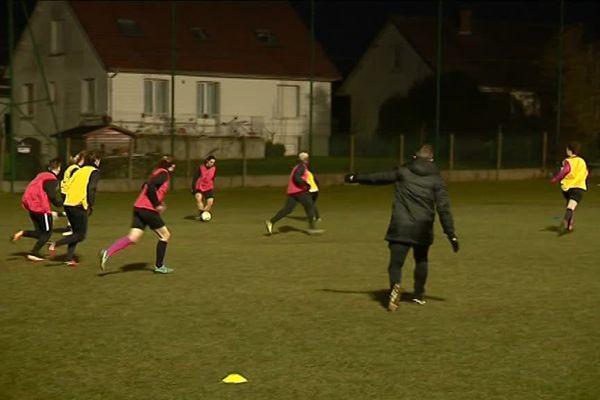 Les joueuses s'entraînent sur un terrain de foot du Mesnil-Esnard qui leur est réservé.