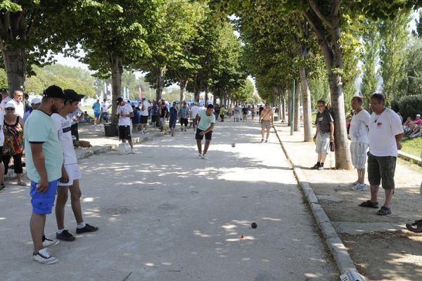 Le Mondial La Marseillaise à pétanque se jouera cette année entre les Parcs Borély et Chanot avec des masques pour tous .