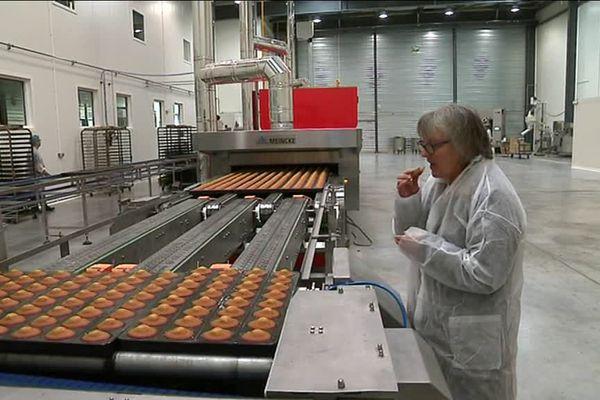 Brigitte Monnier dans la nouvelle usine de la biscuiterie Jeannette