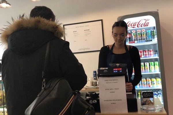 Marseille : Amel est vendeuse au snack Comptoir Montagu depuis 4 mois