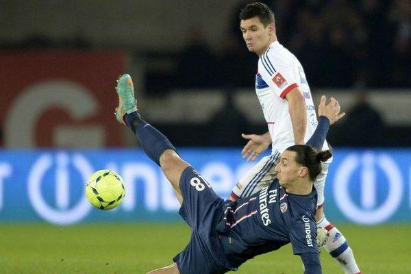 Dejan Lovren à la lutte avec Zlatan Ibrahimovic.