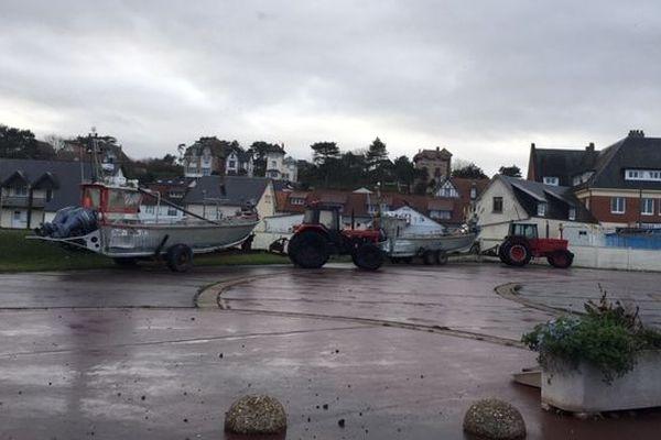 A Quiberville, les bateaux ont été mis préventivement à l'abri, à une cinquantaine de mètres du stationnement habituel.