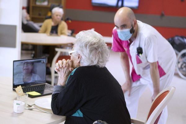 Le 31 mars 2020, un élève infirmier est en renfort dans un EHPAD proche de Montpellier et s'occupe de mettre en contact une résidente avec sa famille en proposant une visioconférence.
