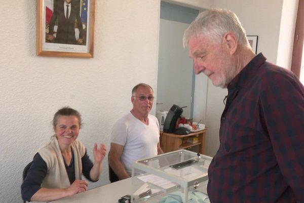 Roger Moore habite dans la Drôme depuis 2011. Il est totalement impliqué dans la vie de son petit village où vivent une poignée de ressortissants de différents pays européens
