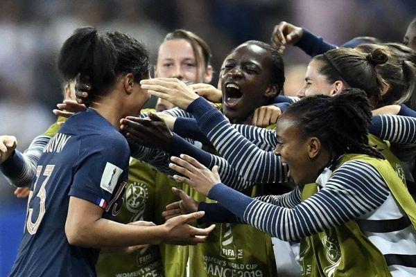 L'arrière des Bleues, Valérie Gauvin félicitée par ses co-équipière après son but contre la Norvège à Nice, lors du Mondial féminin de football 2019 en France - 12/06/2019