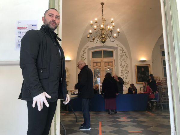 La sécurité mise en place devant le bureau de vote