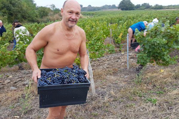 Les bouteilles de vin rouge seront vendues au camping naturiste de La Serre de Portelas, à Saint-Saturnin, l'été prochain.