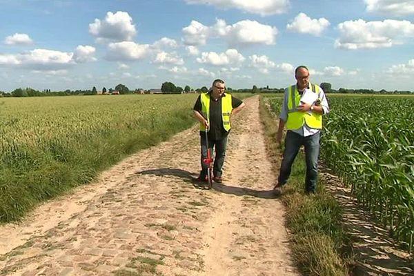 Des agents du Département vérifient l'état des pavés sur le parcours de l'étape du Tour de France Arras-Roubaix le 15 juillet prochain.