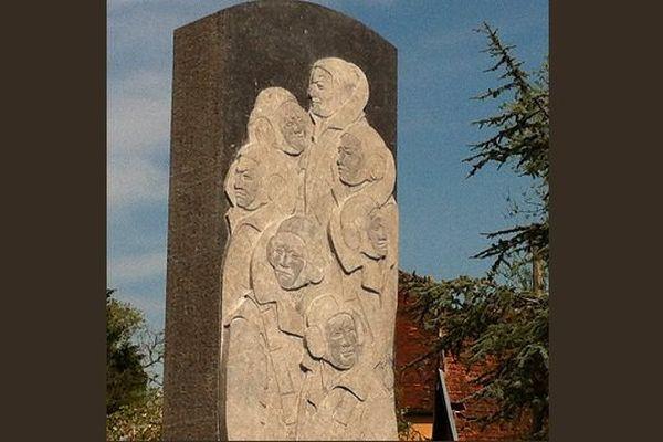 La stèle qui rend hommage aux 7 aviateurs anglais morts dans le crash de leu avion le 6 février 1944 à Cussy-les-Forges