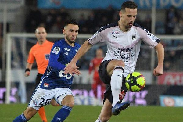 Le défenseur des Girondins Vukasin Jovanovic et Adrien Thomasson, le Strasbourgeois,  lors du match de Ligue 1 le 26 janvier 2019 à la  Meinau - Strasbourg -