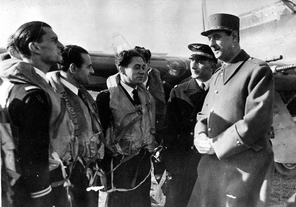 Les pilotes français René Mouchotte, Maurice Choron et Jean Maridor rencontrant le général de Gaulle et le général Martial Valin, chef des Forces Aériennes Françaises Libres, sur la base RAF de Manston le 30 octobre 1941.
