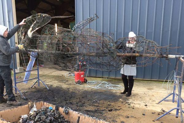 Brûlée, la mascotte en papier mâché devait être intronisé ce samedi lors des Gras de Douarnenez.