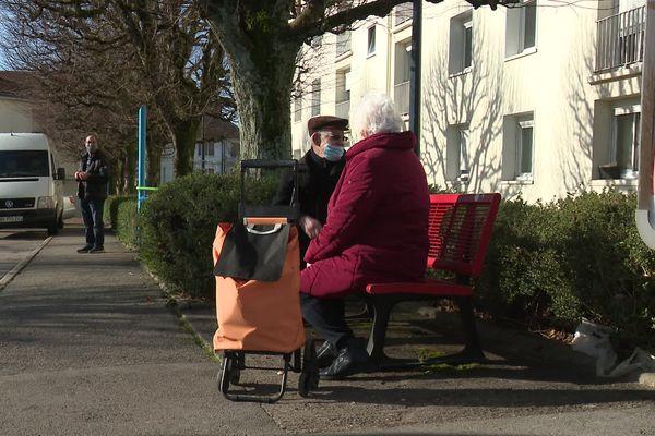Sur le marché, l'idée d'un auto-isolement des personnes âgées et des plus fragiles rebute.