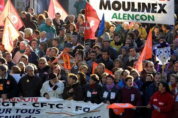 Le 10 septembre 2001, mille personnes défilent dans les rues d'Alençon en soutien aux salariés de Moulinex.