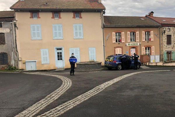 De nombreux gendarmes bouclent le centre de Saint-Just dans le Puy-de-Dôme.