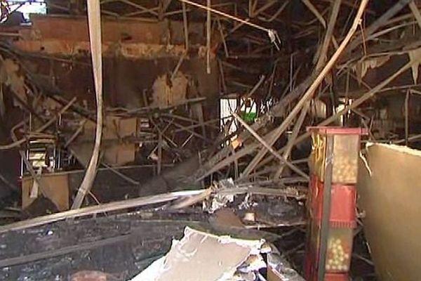 Spectacle de désolation au lendemain de l'incendie du centre commercial de Saint-Estève - 4 février 2014