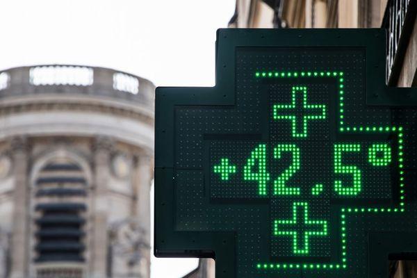 La température a dépassé les 42 degrés jeudi à Paris.