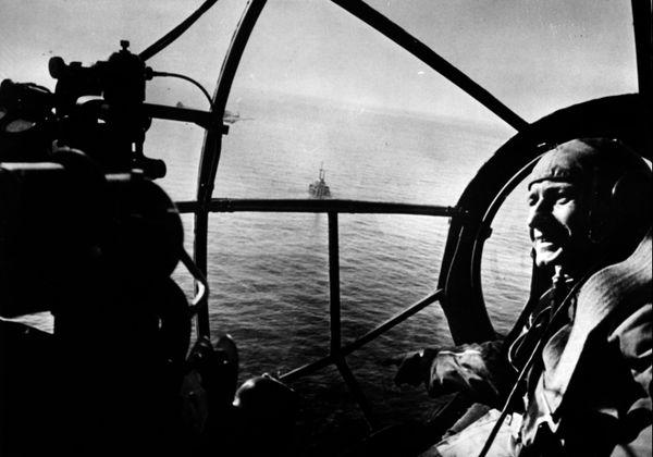 L'observateur d'un bombardier allemand Heinkel He 111 montre un navire sur la Manche (image de propagande allemande).