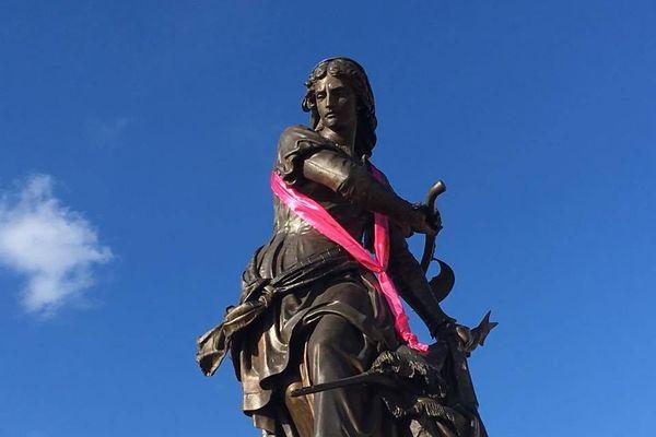 Pose d'un ruban rose sur la statue Jeanne Hachette à Beauvais
