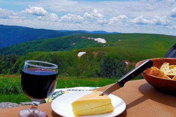 Munster et verre de vin d'Alsace, au sommet du Hoeneck.